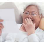 Offrir l'espoir manuscrit pour réconforter les aînés