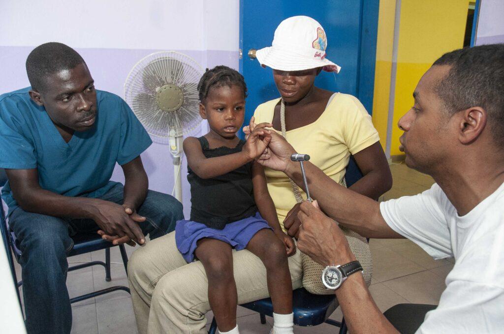 3-Clinique-depilepsie-CLIDEP-avec-le-Dr-Lionel-Carmant-Haiti