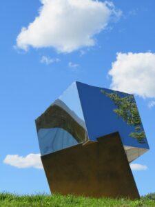 DÉTAILS DU FICHIER JOINT 3a-Cubes-metalliques-sous-un-ciel-bleu-de-Izacar-Martinez-