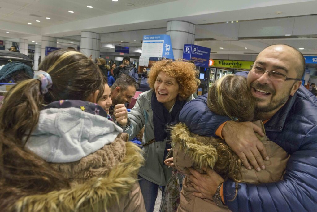 4-Accueil-dune-famille-de-refugies-syriens-Aeroport-Pierre-Elliot-Trudeau-2018