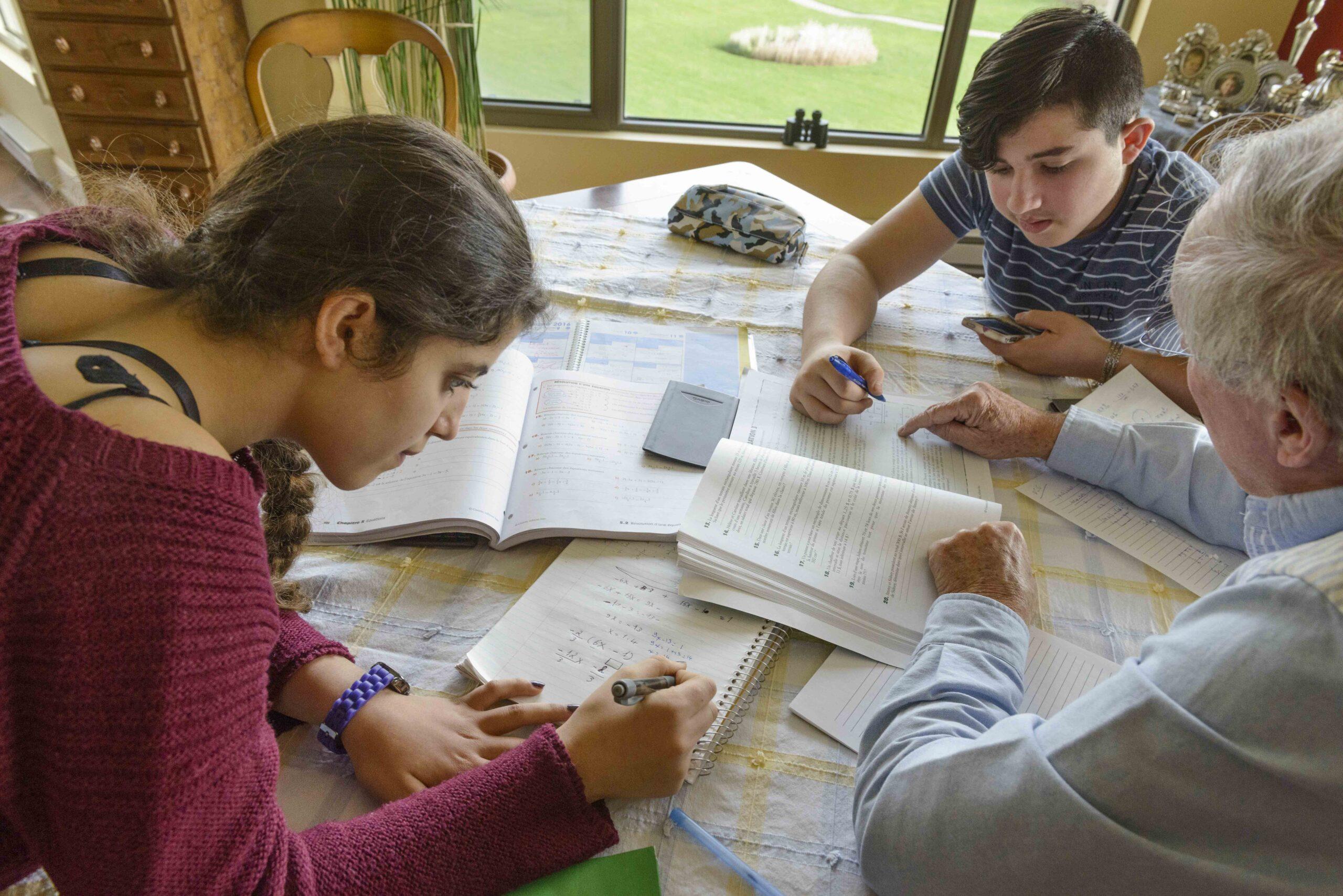5-Benevole-de-lIle-des-Soeurs-donnant-des-cours-particuliers-a-des-adolescents-refugies-syriens