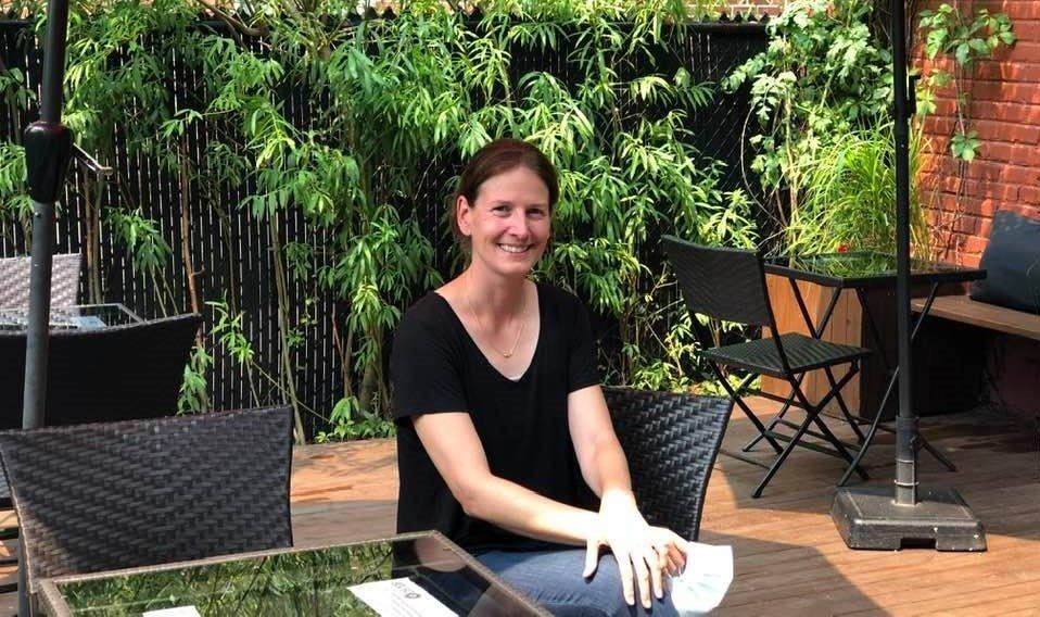 Un écrin de tranquillité ! La terrasse arrière de la Maison de thé CHA NOIR sur la Promenade Wellington , gérée depuis 2004 par l'unique Mélanie Thibault. Voir boutique en ligne: Cha-noir.com